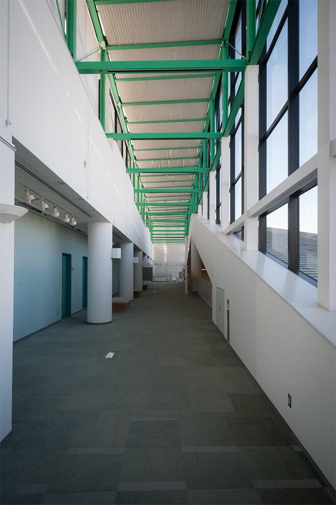 2階の廊下では写真や絵の展示が行われることも