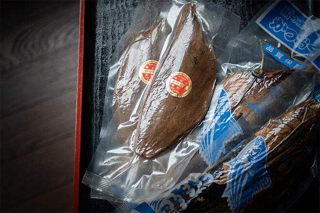 手火山式でつくった吉村さんのかつお節や御前崎の名物「なまり節」は、いまはまだ市内の〈なぶら市場〉や、吉村さんの息子さんが営む〈厨(くりや)〉などで購入できる。