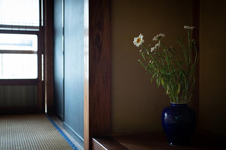 店内のだだっぴろい畳間は「ほとんど特に何も使ってないんです。フリースペース」といいつつも、きちんと花が活けられている